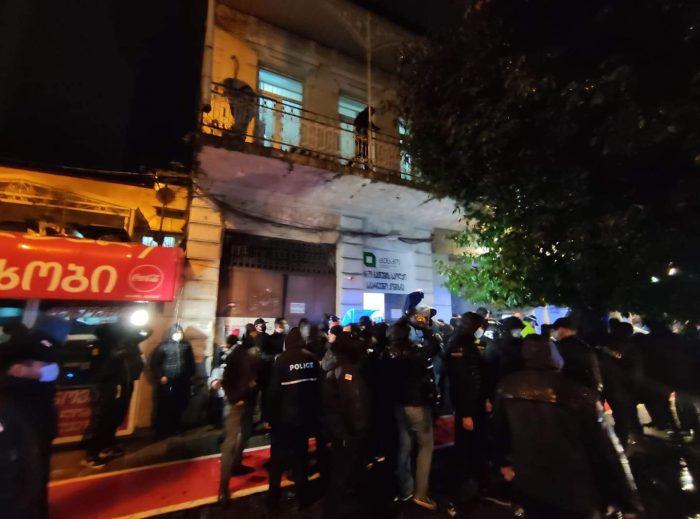 """ბათუმის საოლქო კომისიასთან მიმდინარე აქციაზე პოლიციამ მოძრაობა """"ალტერნატივას"""" რამდენიმე წევრი დააკავა"""